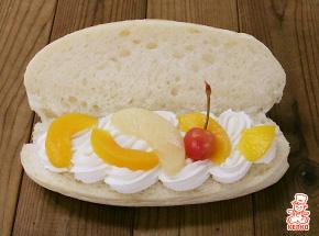 フルーツミックスのコッペパン