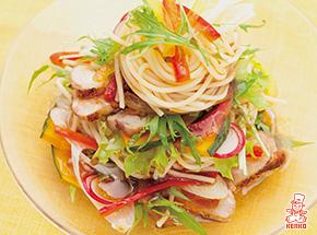 ローストチキンと多品目野菜のパスタサラダ