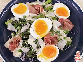 アスパラガスのソテーと半熟卵のサラダ
